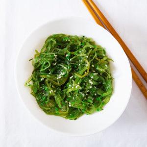 entree-accompagnement-salade-wakame-algue-entree-asiatique-vue-plongeante-restaurant-japonais-saint-brieuc-commander-sur-place-a-emporter